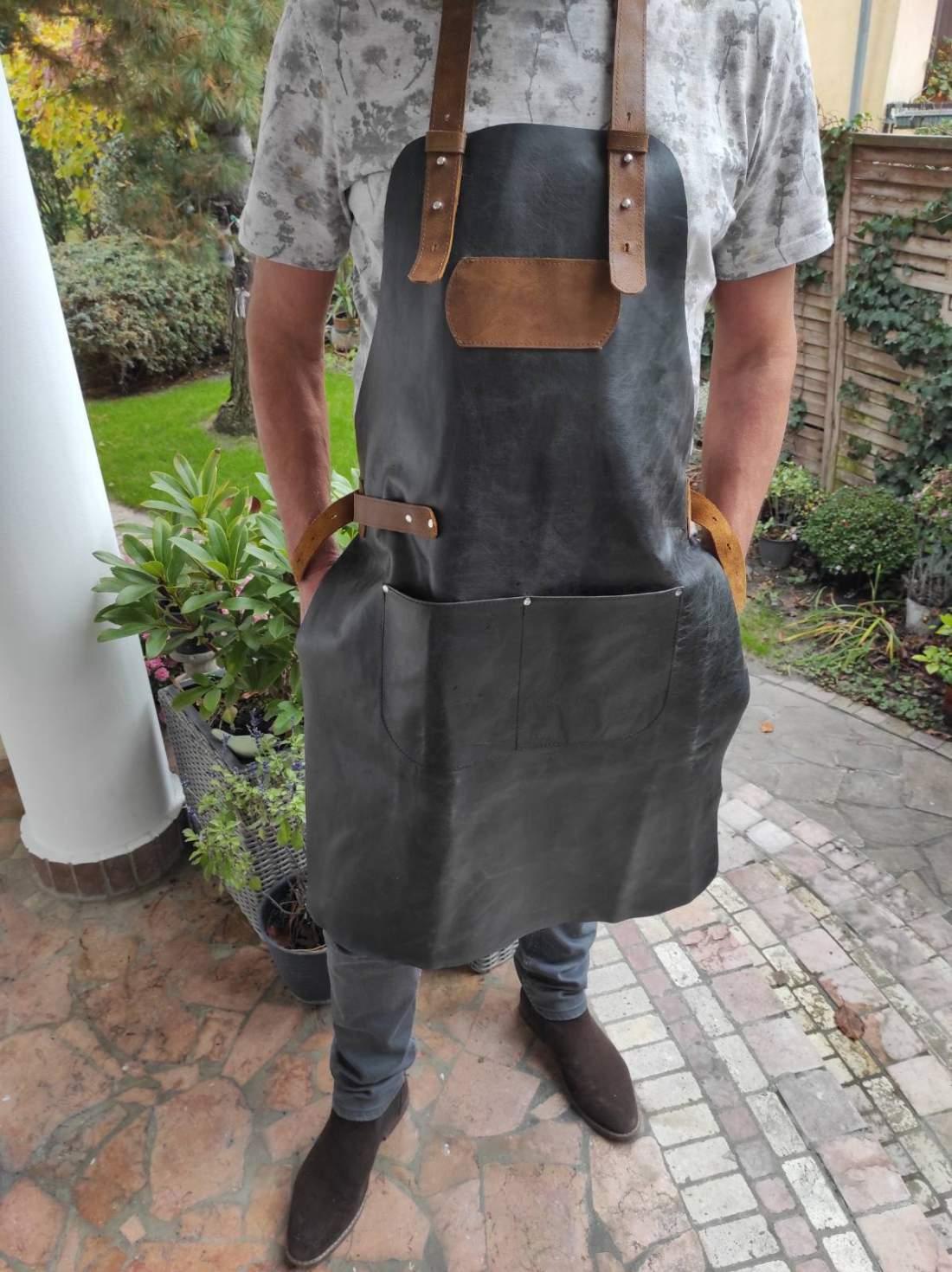 Bőr grillkötény zsebekkel és állítható pántokkal - több színben